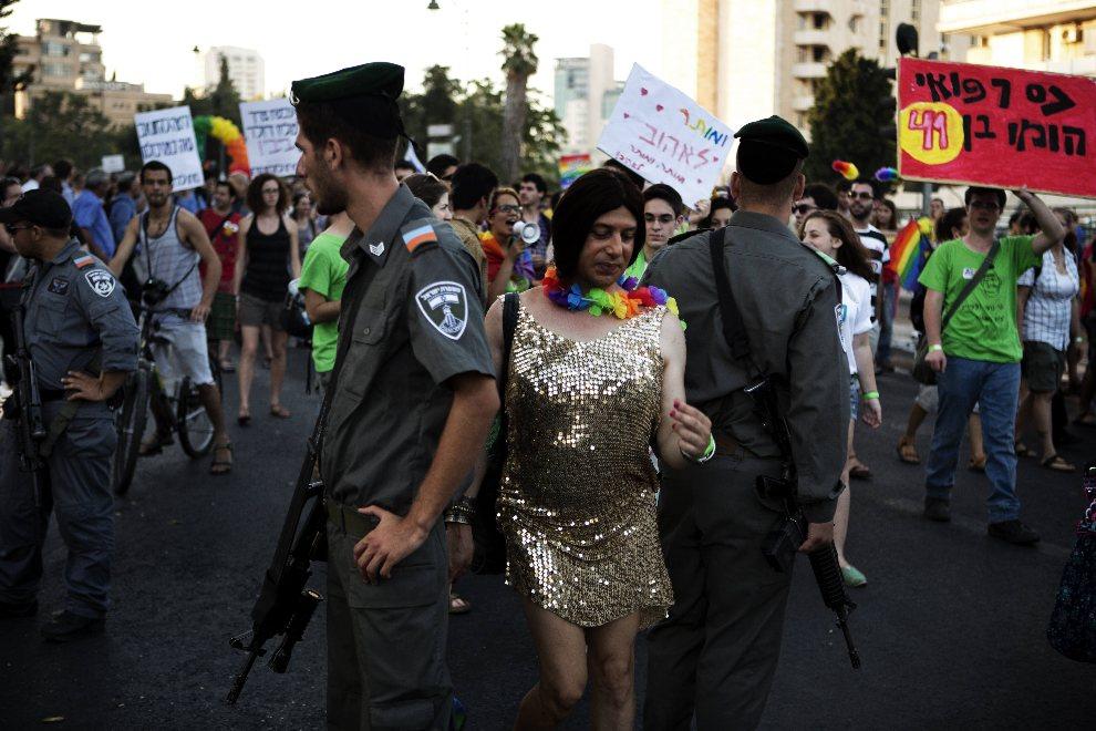 20.IZRAEL, Jerozolima, 2 sierpnia 2012: Izraelski patrol graniczny wmieszany w uczestników parady mniejszości seksualnych. AFP PHOTO/MENAHEM KAHANA