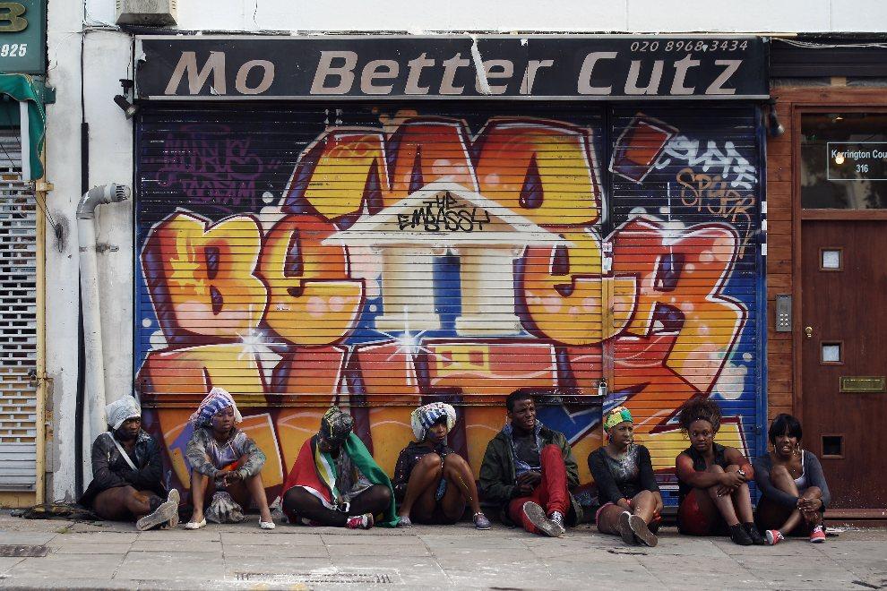 20.WIELKA BRYTANIA, Londyn, 26 sierpnia 2012: Ludzie odpoczywający na ulicy w Notting Hill. (Foto: Oli Scarff/Getty Images)