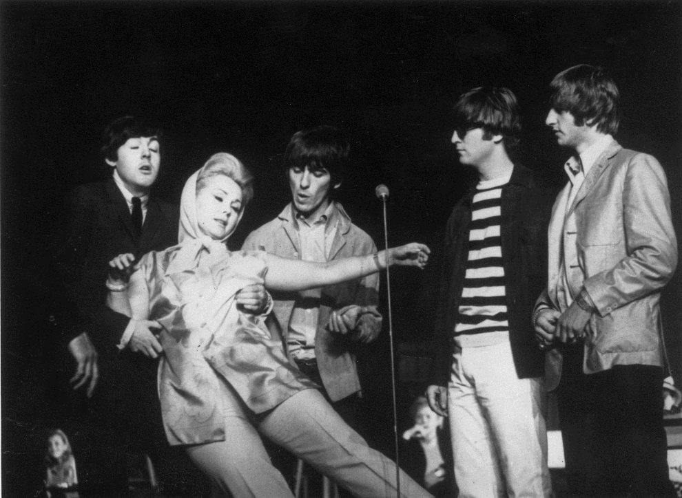 22.WIELKA BRYTANIA, Londyn, 24 czerwca 1964: Zsa Zsa Gabor pada w objęcia Paula McCartney'a. (Foto: Keystone/Getty Images)