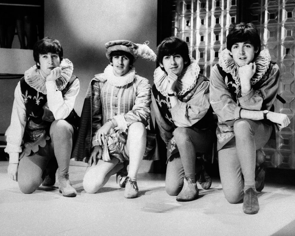 """23.WIELKA BRYTANIA, Londyn, 29 kwietnia 1964:  Członkowie zespołu podczas próby do """"Snu nocy letniej"""" Williama Shakespeare'a. AFP PHOTO"""