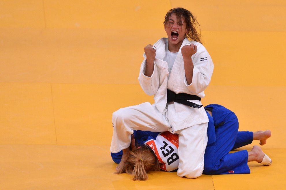 22.WIELKA BRYTANIA, Londyn, 28 lipca 2012: Brazylijka Sarah Menezes cieszy się ze zwycięstwa w pojedynku z  Charline Van Snick (Belgia). AFP PHOTO / JOHANNES   EISELE