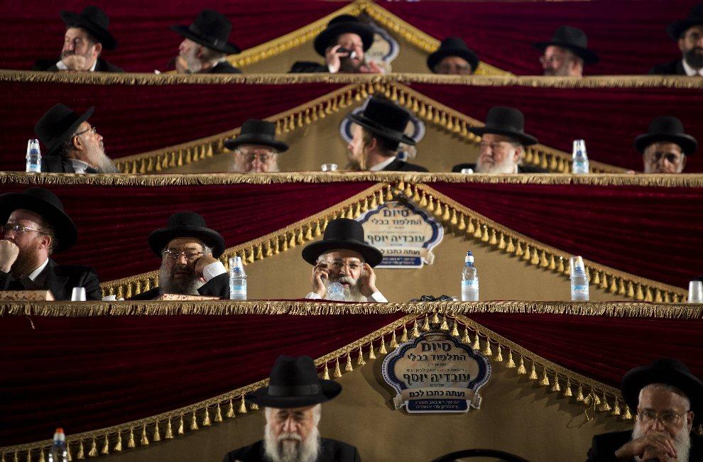 """22.IZRAEL, Jerozolima, 30 lipca 2012: Ultraortodoksyjni Żydzi uczestniczący w spotkaniu z okazji zakończenia trwającego ponad siedem lat projektu """"Daf Yomi"""", który polegał na studiowaniu Talmudu. AFP PHOTO/MENAHEM KAHANA"""