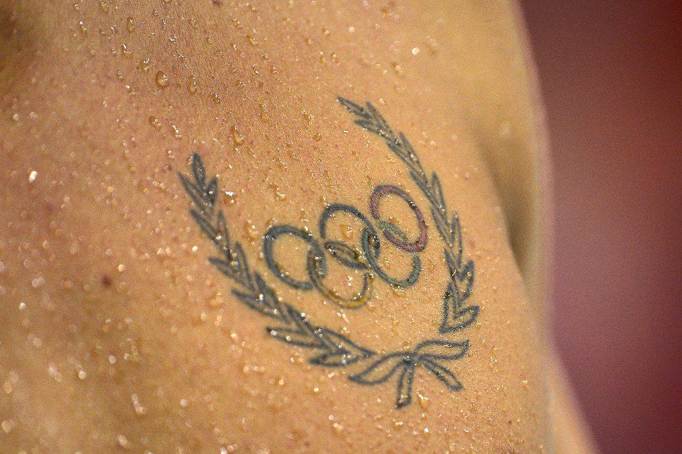 23.WIELKA BRYTANIA, Londyn, 29 lipca 2012: Olimpijski tatuaż na piersi pływaka. AFP PHOTO / LEON NEAL