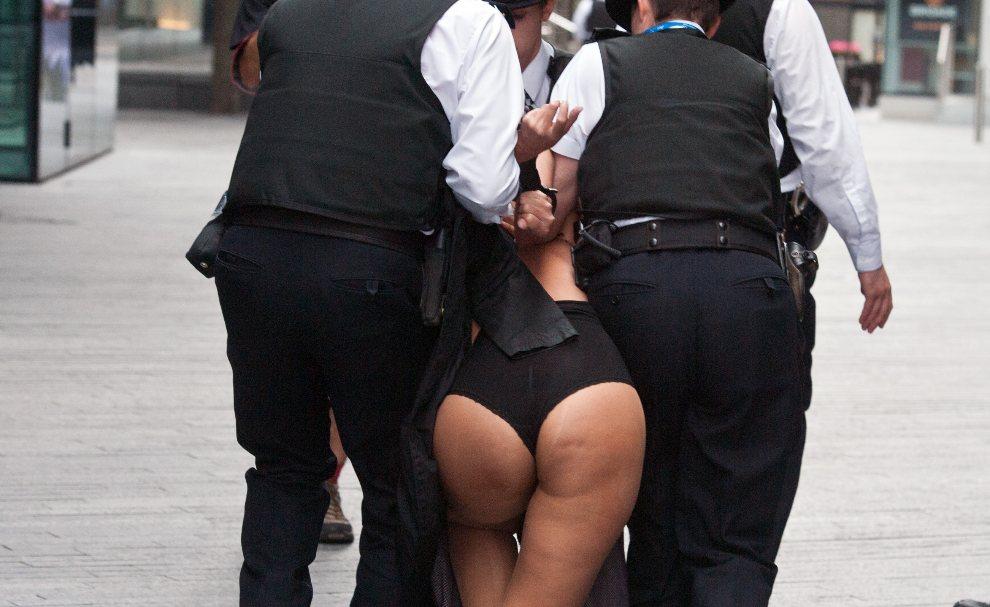 23.WIELKA BRYTANIA, Londyn, 2 sierpnia 2012: Policjanci zatrzymują aktywistkę FEMEN'u. AFP PHOTO/ WILL OLIVER