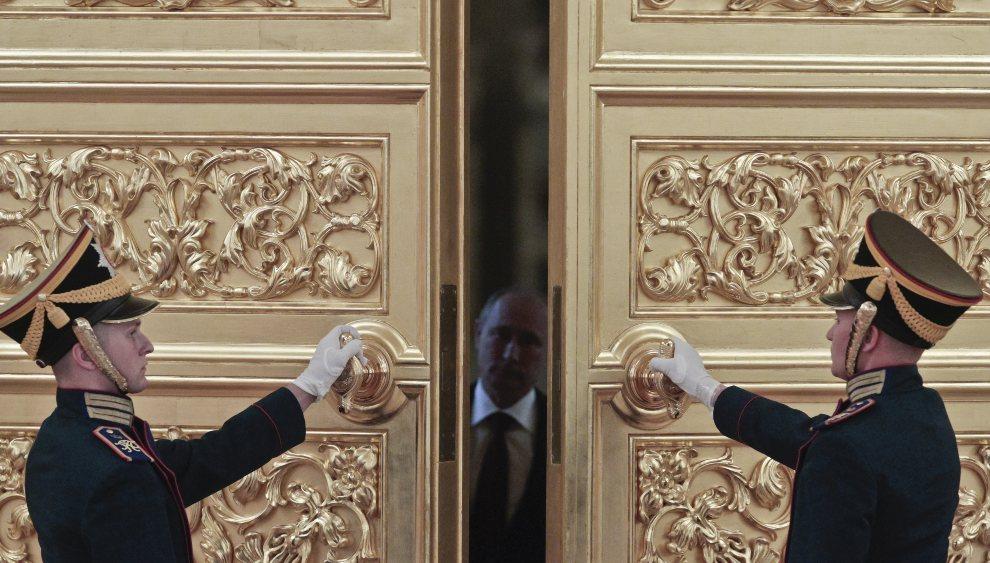 23.ROSJA, Moskwa, 15 sierpnia 2012: Władimir Putin wchodzi na spotkanie z reprezentacją olimpijską. AFP PHOTO / POOL / MAXIM SHEMETOV