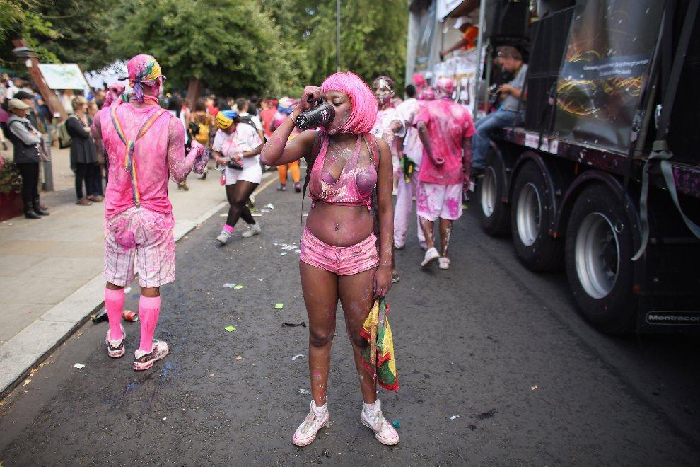 23.WIELKA BRYTANIA, Londyn, 26 sierpnia 2012: Uczestniczka zabawy pomalowana różową farbą. (Foto: Oli Scarff/Getty Images)
