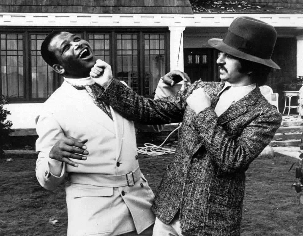 """24.WŁOCHY, Rzym, 21 grudnia 1967: Ringo Starr """"nokautuje"""" boksera Sugar Ray Robinsona. (Foto: Keystone/Getty Images)"""
