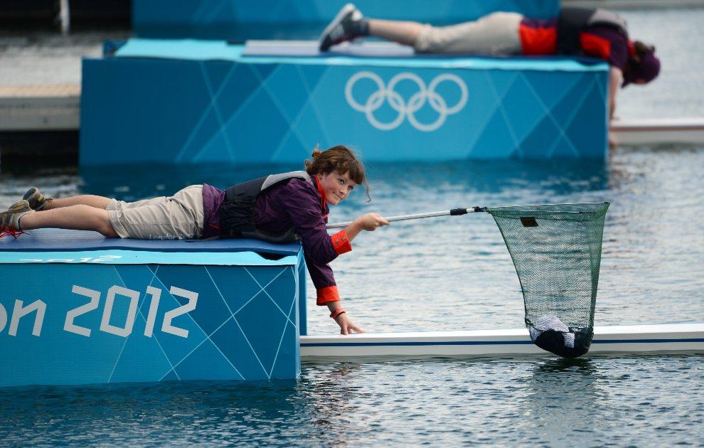 24.WIELKA BRYTANIA, Eton, 29 lipca 2012: Asystentka zbiera ubrania zostawione przez załogę łodzi. AFP PHOTO / DAMIEN MEYER