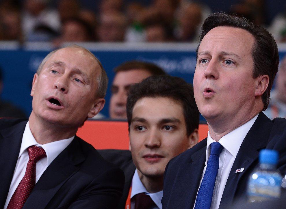 24.WIELKA BRYTANIA, Londyn, 2 sierpnia 2012: Prezydent Rosji, Władimi Putin, i premier Wielkiej Brytanii, Davidem Cameronem, rozmawiają podczas turnieju judo na igrzyskach w Londynie. AFP PHOTO / FRANCK FIFE