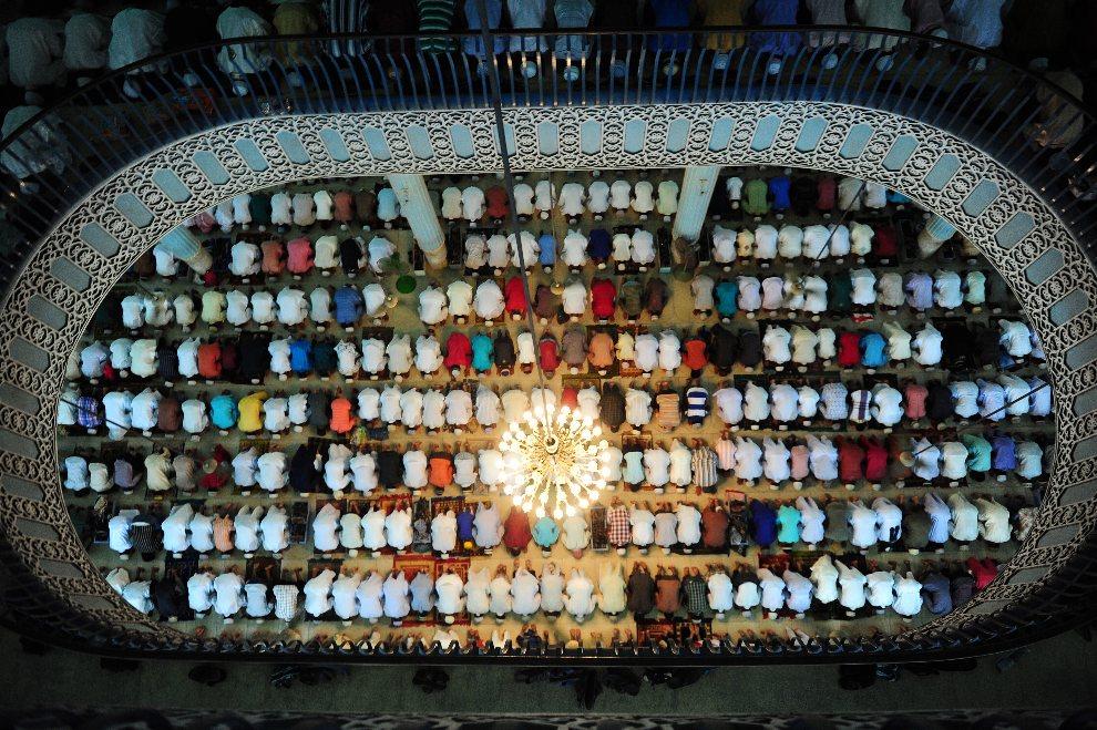 24.BANGLADESZ, Dhaka, 20 sierpnia 2012: Muzułmanie w trakcie modlitwy w święto Eid al-Fitr. AFP PHOTO / Munir uz ZAMAN
