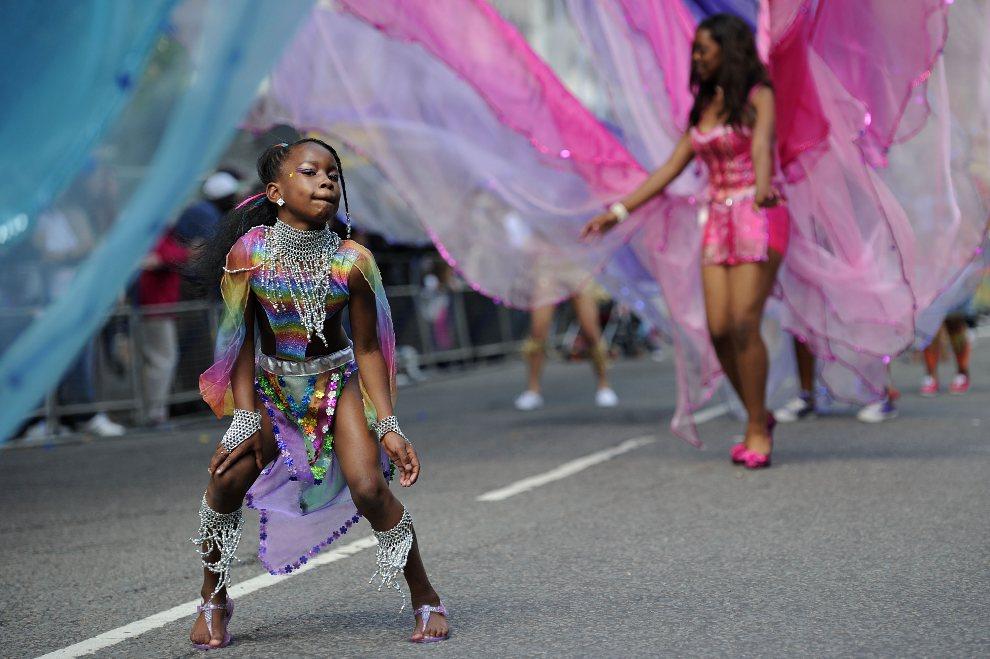 24.WIELKA BRYTANIA, Londyn, 28 sierpnia 2011: Dziewczynka tańcząca w trakcie przemarszu korowodu. AFP PHOTO / CARL COURT
