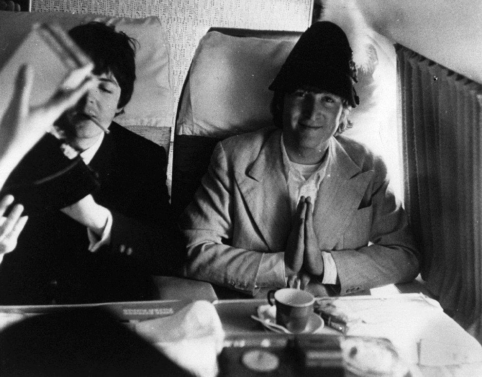 25.NIEMCY, 22 czerwca 1966: John Lennon składa ręce do modlitwy w czasie przelotu nad terytorium Niemiec. (Foto: Keystone Features/Getty Images)