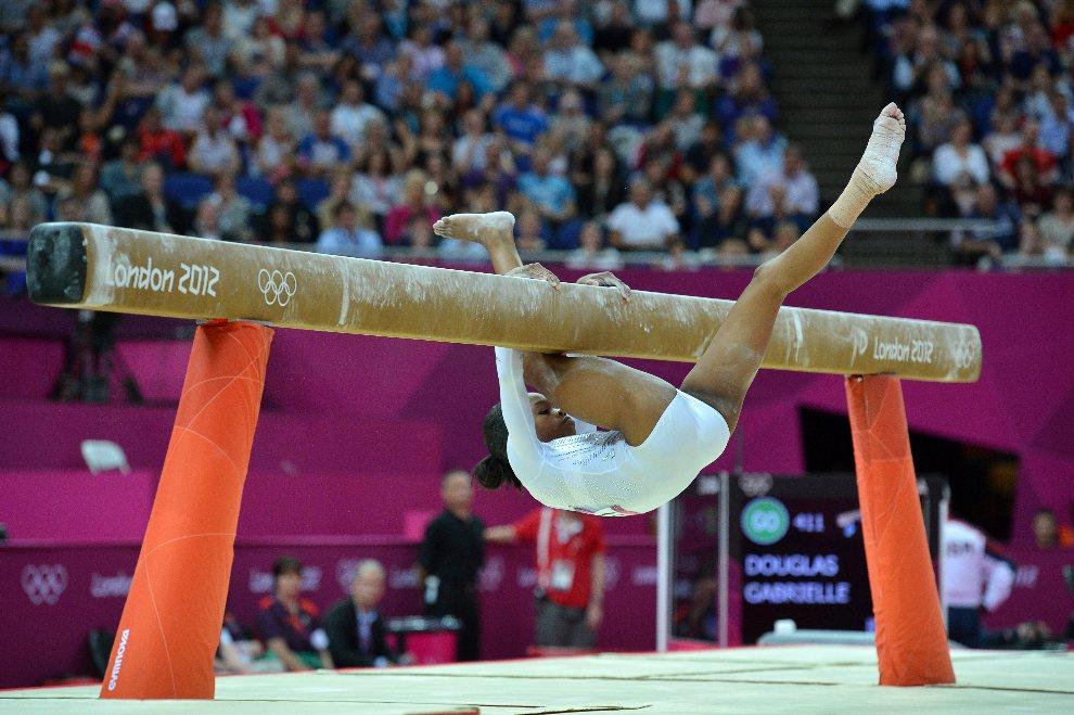 25.WIELKA BRYTANIA, Londyn, 7 sierpnia 2012: Gabrielle Douglas (USA) zalicza uapdek w trakcie występu. AFP PHOTO / BEN STANSALL