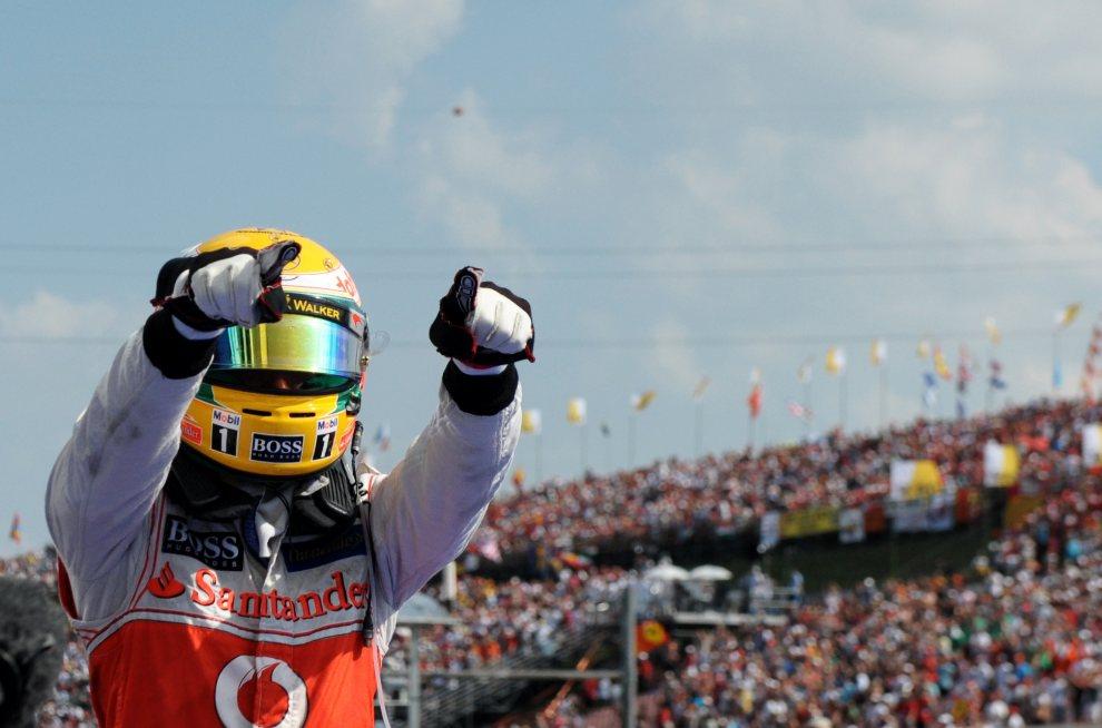25.WĘGRY, Budapeszt, 29 lipca 2012: Lewis Hamilton cieszy się ze zwycięstwa na torze Hungaroring. AFP PHOTO / TOM GANDOLFINI