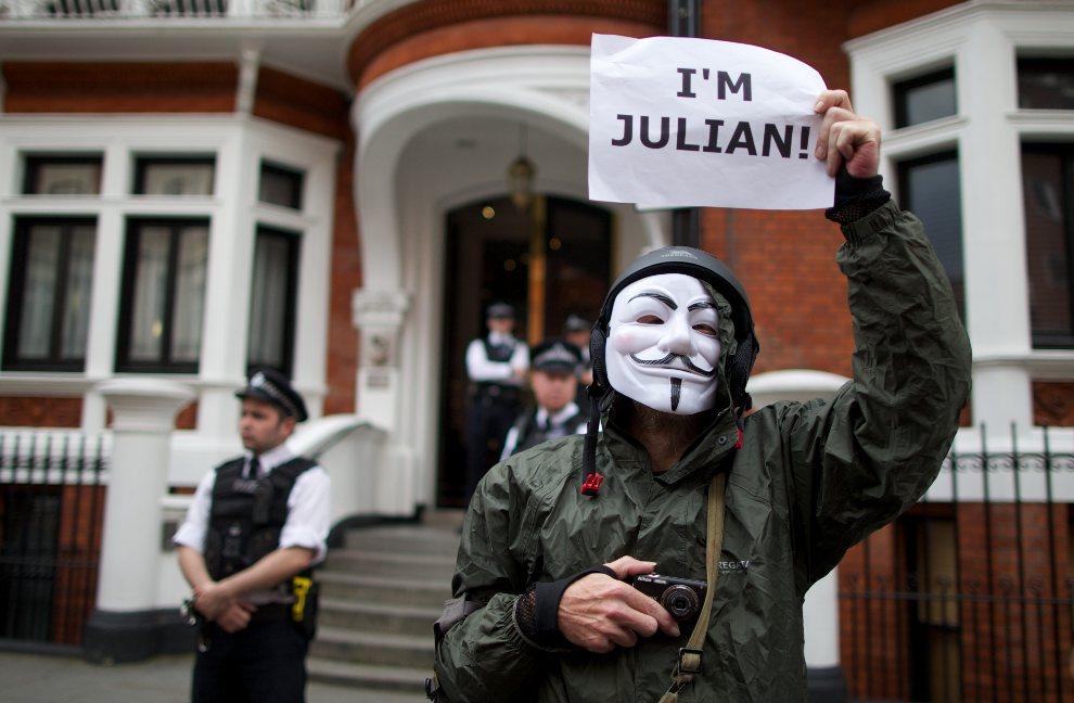 25.WIELKA BRYTANIA, Londyn, 16 sierpnia 2012: Zwolennik Juliana Assange przed ambasadą Ekwadoru w Londynie. AFP PHOTO / ANDREW COWIE