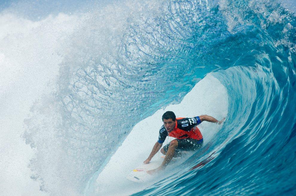 26.POLINEZJA FRANCUSKA, Teahupoo, 27 sierpnia 2012: Surfer Adriano De Souza przepływa przez falę. AFP PHOTO