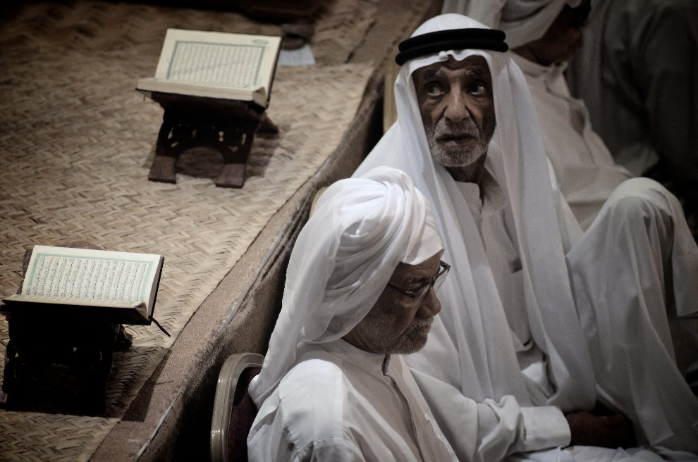 26.BAHRAJN, Sanabis, 12 sierpnia 2012: Muzułmanie podczas modlitwy w meczecie. AFP PHOTO/MOHAMMED AL-SHAIKH