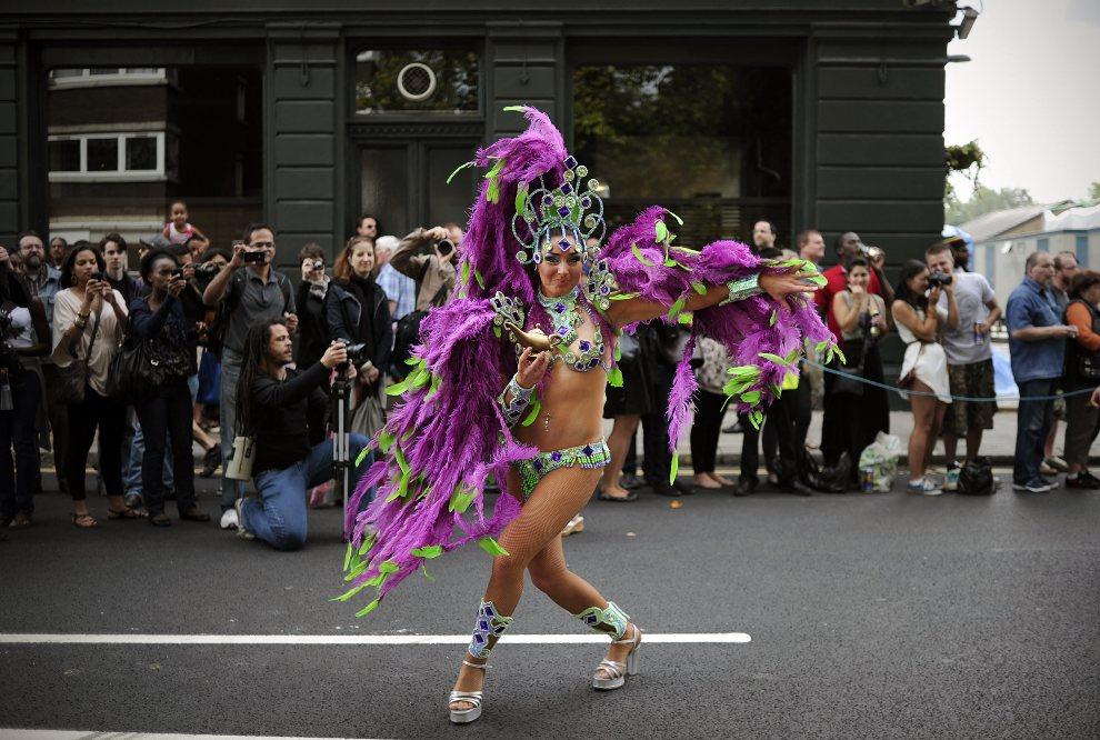 26.WIELKA BRYTANIA, Londyn, 29 sierpnia 2011: Tancerka prezentująca się w trakcie przemarszu ulicami Notting Hill. AFP PHOTO / CARL COURT