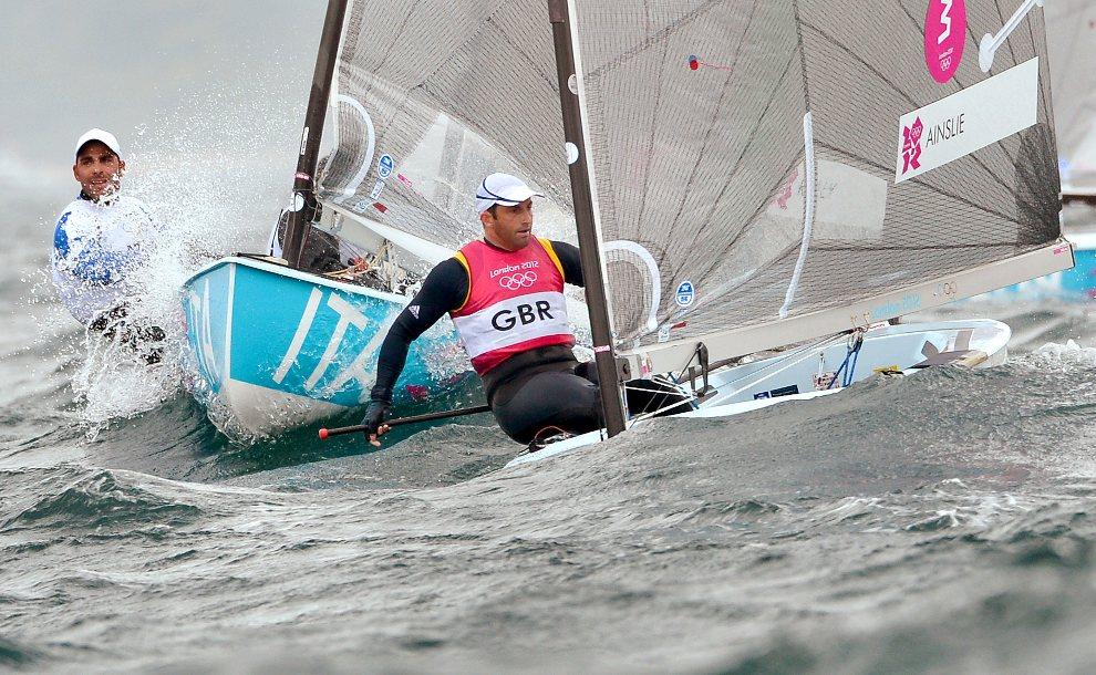 27.WIELKA BRYTANIA, Weymouth, 31 lipca 2012: Ben Ainslie (po lewej) steruje łodzią w trakcie wyścigu. AFP PHOTO/William WEST