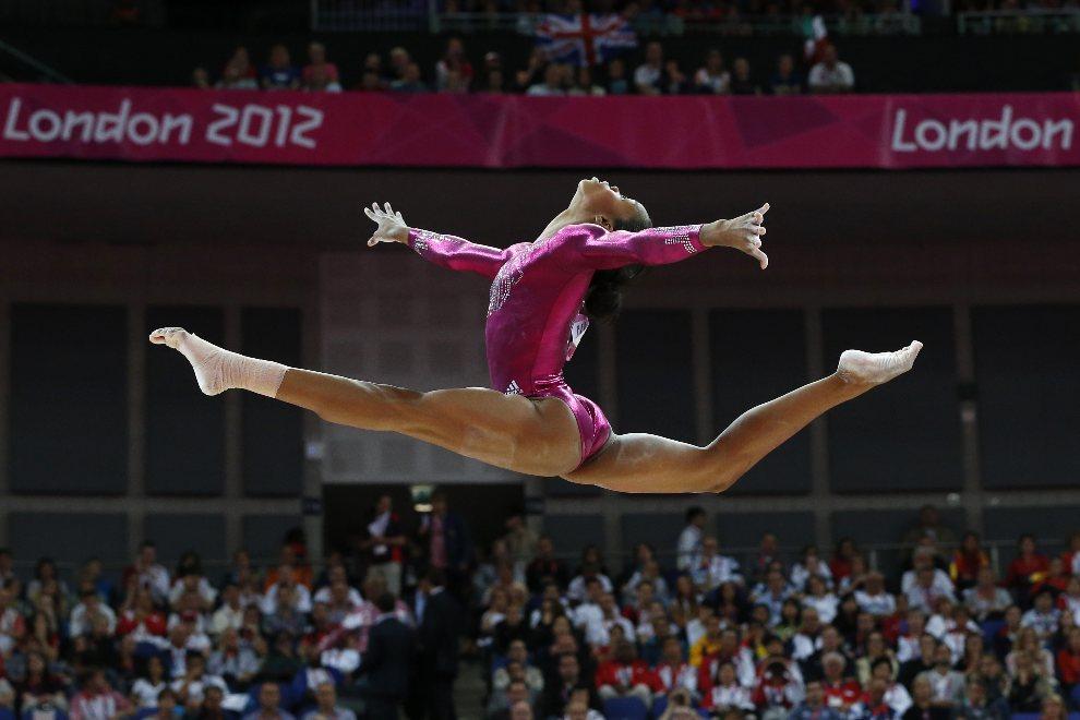 27.WIELKA BRYTANIA, Londyn, 2 sierpnia 2012: Gimnastyczka Gabrielle Douglas (USA) podczas występu. AFP PHOTO / THOMAS COEX