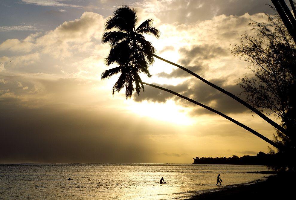 27.WYSPY COOKA, Rarotonga, 27 sierpnia 2012: Plaża Avarua na wyspie Rarotonga na tle zachodzącego słońca. AFP PHOTO / Marty Melville