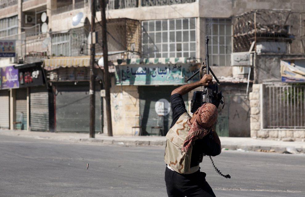 27.SYRIA, Aleppo, 14 sierpnia 2012: Rebeliant strzela do przelatującego śmigłowca rządowego. AFP PHOTO / ACHILLEAS ZAVALLIS