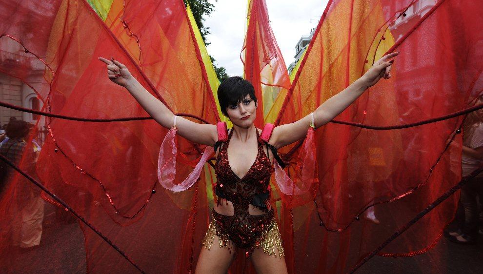 27.WIELKA BRYTANIA, Londyn, 29 sierpnia 2011: Tancerka w kolorowym stroju na paradzie w Notting Hill. AFP PHOTO/FACUNDO ARRIZABALAGA