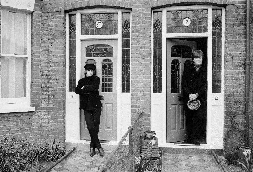 28.WIELKA BRYTANIA, Londyn, 15 kwietnia 1965: John Lennon i Ringo Starr pozują do zdjęcia na Ailsa Avenue. (Foto: Stan Meagher/Express/Getty Images)