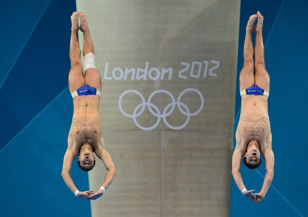 28.WIELKA BRYTANIA, Londyn, 30 lipca 2012: Ukraińcy Oleksandr Bondar i Oleksandr Gorshkovozov wykonują skok synchroniczny z wysokości 10 metrów. AFP PHOTO /   CHRISTOPHE SIMON