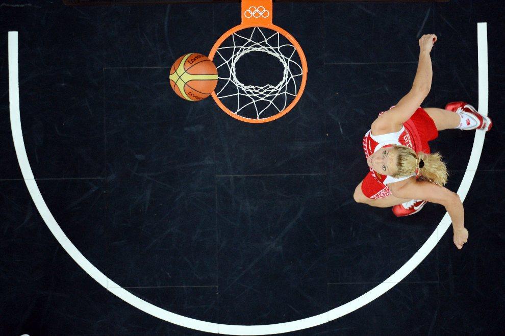 28.WIELKA BRYTANIA, Londyn, 1 sierpnia 2012: Piłka wpadająca do kosza po rzucie Ilony Korostin (Rosja). AFP PHOTO / ANTONIN THUILLIER