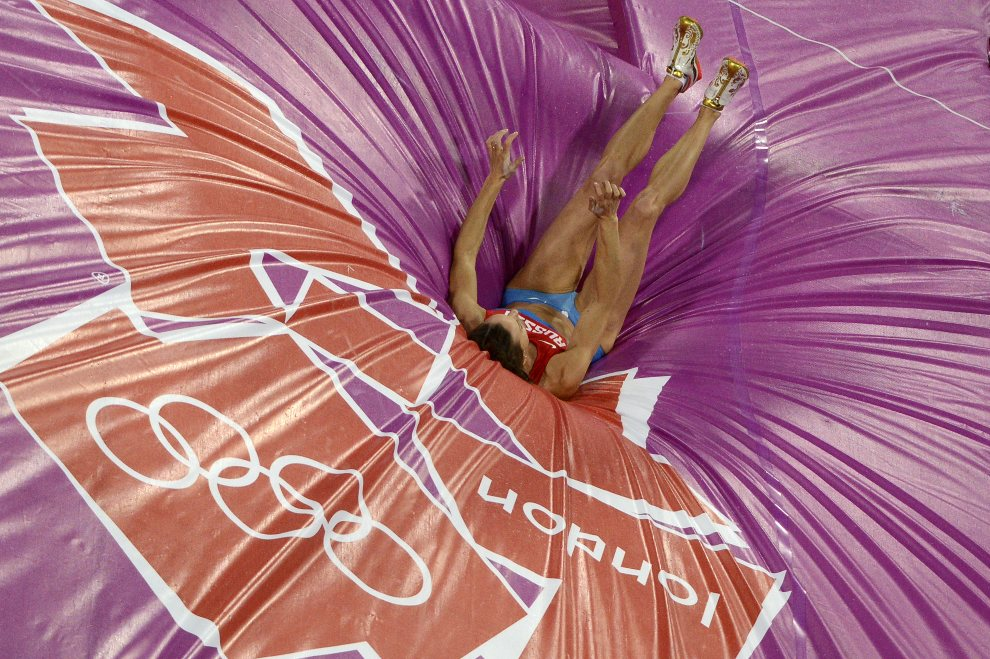 28.WIELKA BRYTANIA, Londyn, 6 sierpnia 2012: Jelena Isinbajewa podnosi się po oddanym skoku. AFP PHOTO / ANTONIN THUILLIER