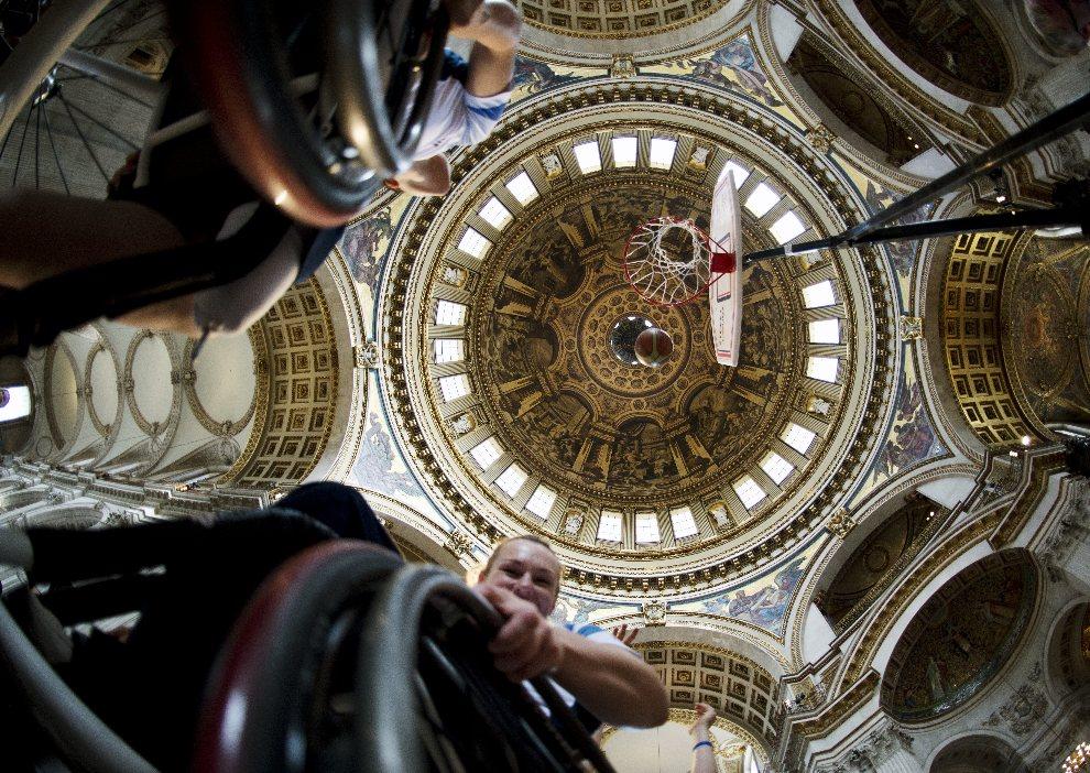 28.WIELKA BRYTANIA, Londyn, 24 sierpnia 2012: Koszykarki na wózkach w czasie treningu dla publiczności w St Paul's Cathedral. AFP PHOTO / ADRIAN DENNIS