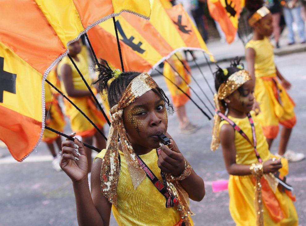 28.WIELKA BRYTANIA, Londyn, 26 sierpnia 2012: Dziewczynki uczestniczące w kolorowym korowodzie podczas karnawału. (Foto: Oli Scarff/Getty Images)