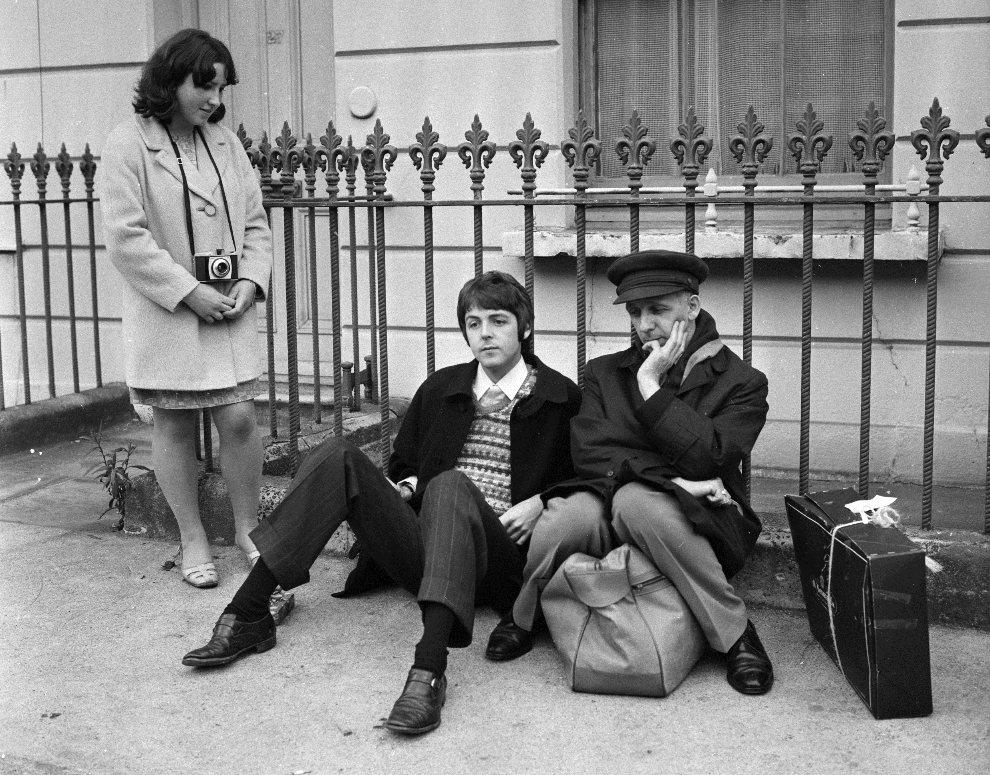 29.WIELKA BRYTANIA, Londyn, 15 września 1967: Paul McCartney i poeta Ivor Cutler rozpoznani przez fankę, kiedy czekali na spóźniający się autobus. (Foto: Jim   Gray/Keystone Features/Getty Images)