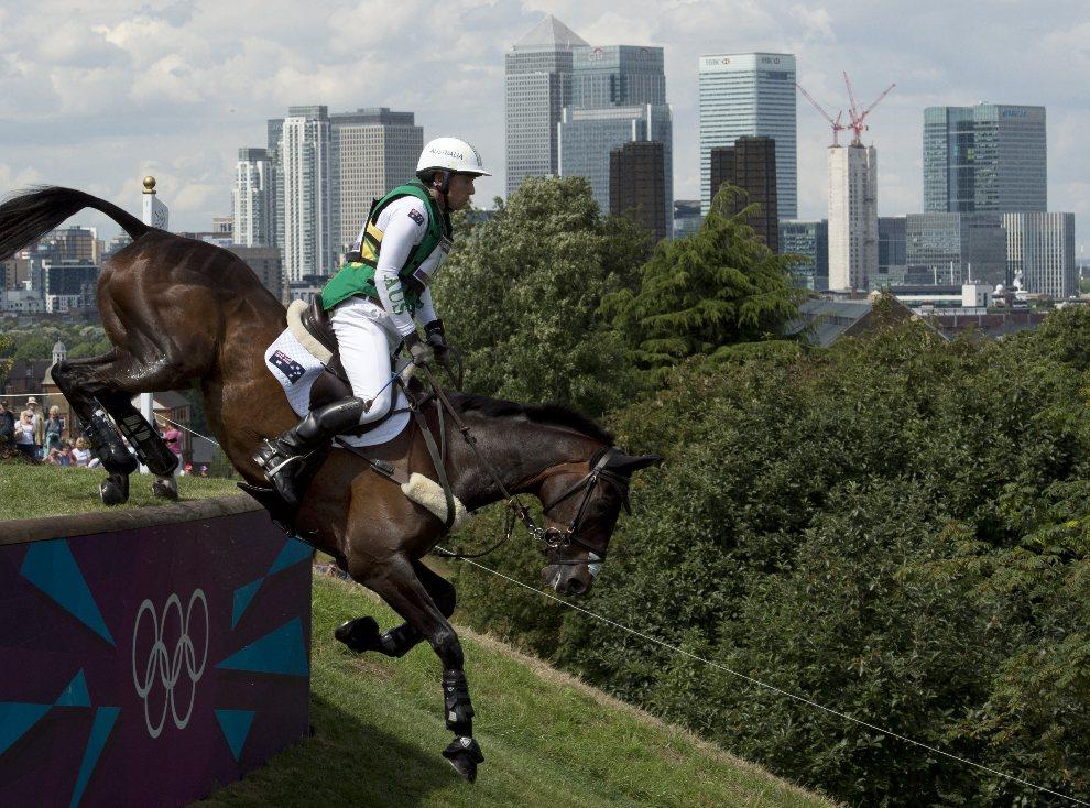 29.WIELKA BRYTANIA, Londyn, 30 lipca 2012: Australijczyk Sam Griffiths pokonuje przeszkodę na koniu Happy Times. AFP PHOTO / JOHN MACDOUGALL