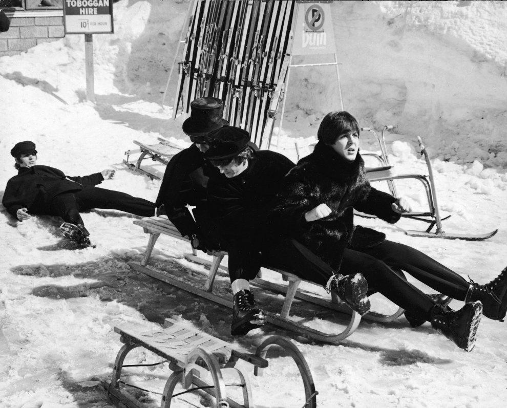 30.AUSTRIA, Obertauern, 16 marca 1965: Członkowie zespołu podczas przejażdżki toboganem. (Foto: Express Newspapers/Getty Images)