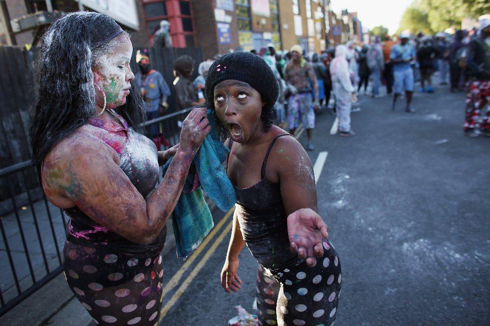 2.WIELKA BRYTANIA, Londyn, 26 sierpnia 2012: Uczestniczki zabawy smarują się farbami i mąką. (Foto: Oli Scarff/Getty Images)