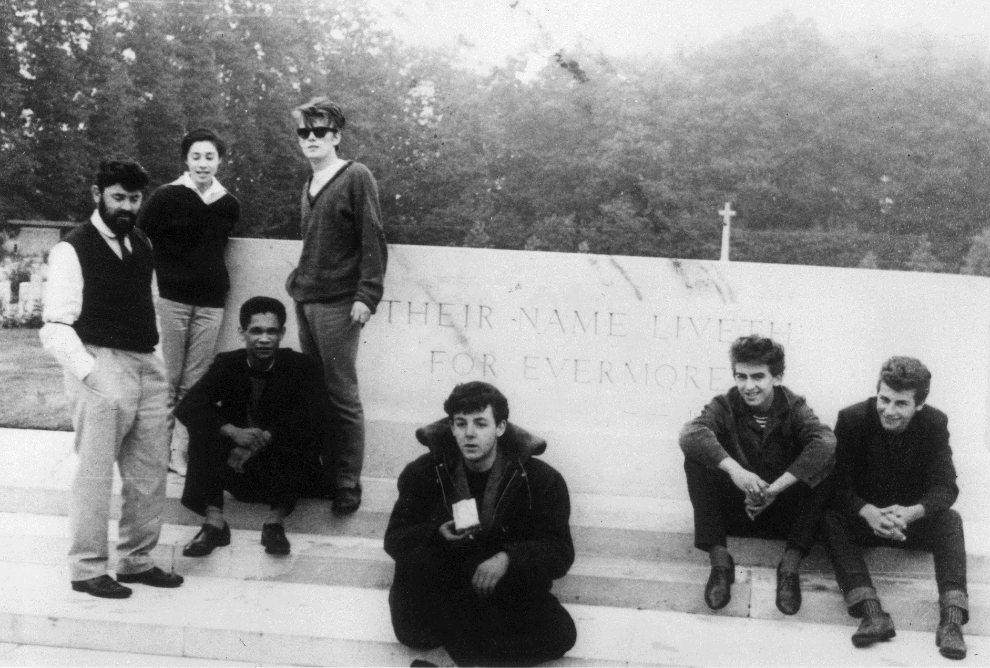 2.HOLANDIA, Arnhem, 1960: Zdjęcie wykonane przez Johna Lennona, na którym uwieczniono zespół na samym początku kariery. (Foto: John Lennon/Keystone   Features/Getty Images)