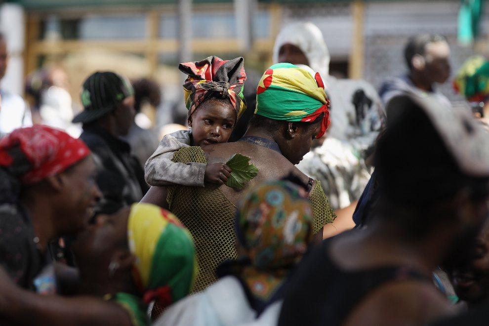 30.WIELKA BRYTANIA, Londyn, 26 sierpnia 2012: Dziecko tulące się do swojej mamy. (Foto: Oli Scarff/Getty Images)