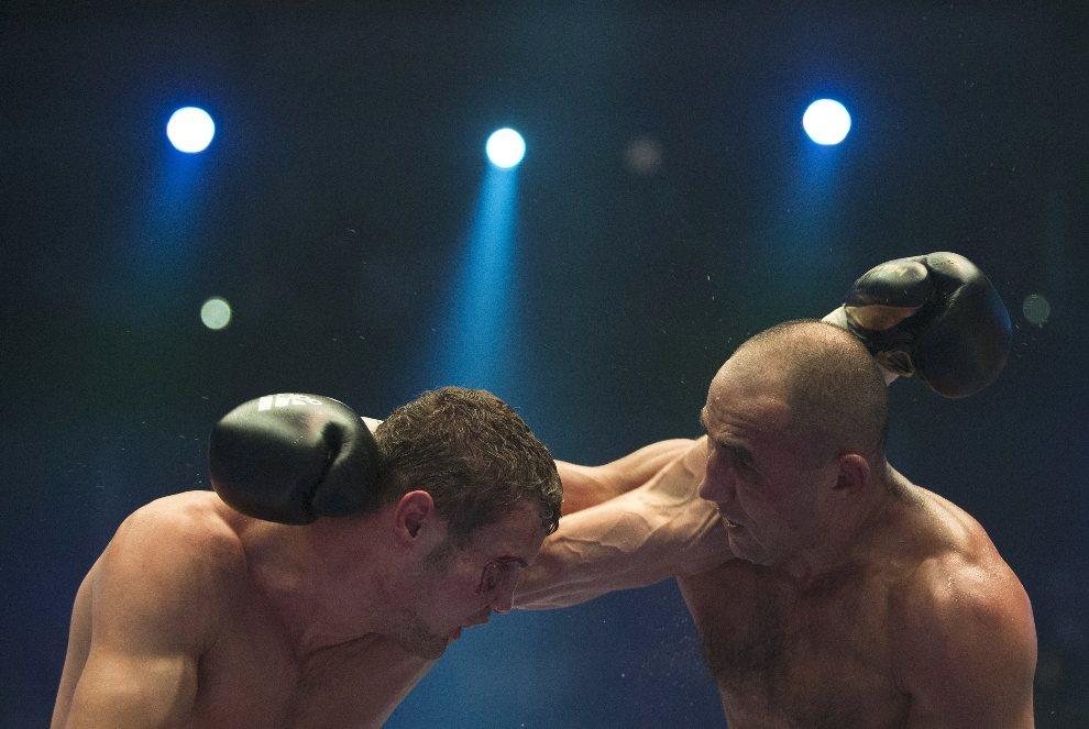 31.NIEMCY, Berlin, 25 sierpnia 2012: Pojedynek bokserski między  Robertem Stieglitzem (po lewej)i Arthurem Abrahamem (po prawej). AFP PHOTO / JOHN MACDOUGALL