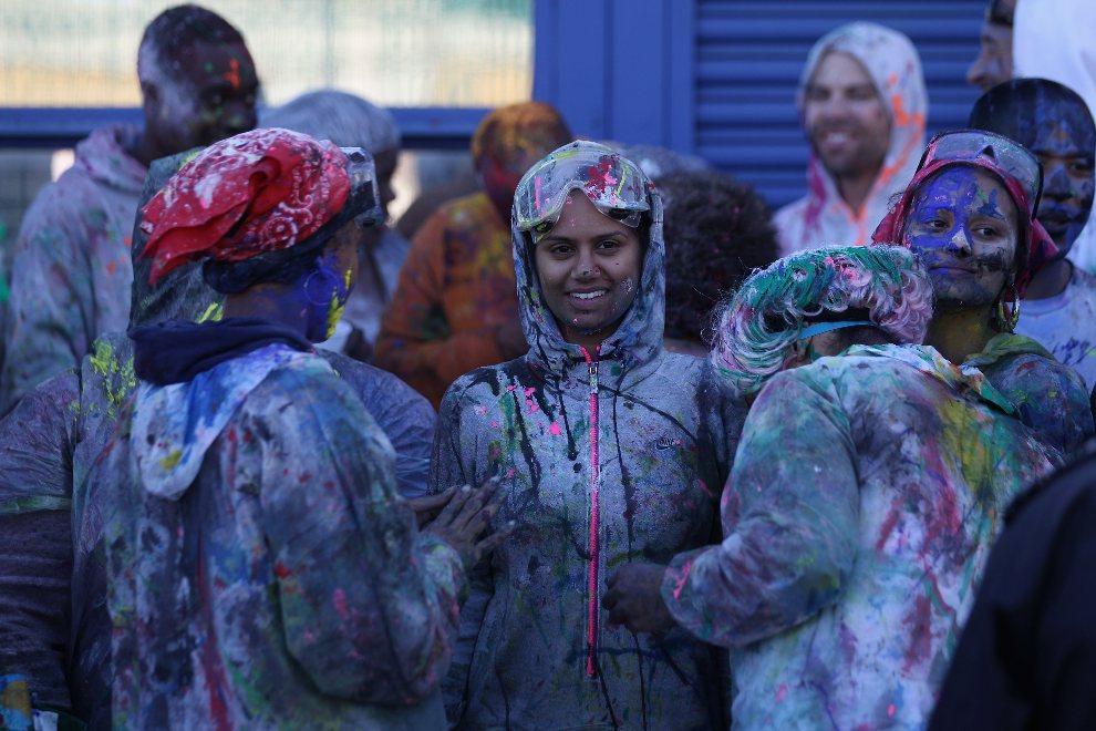 31.WIELKA BRYTANIA, Londyn, 26 sierpnia 2012: Uczestnicy zabawy w ubrudzonych farbami strojach. (Foto: Oli Scarff/Getty Images)