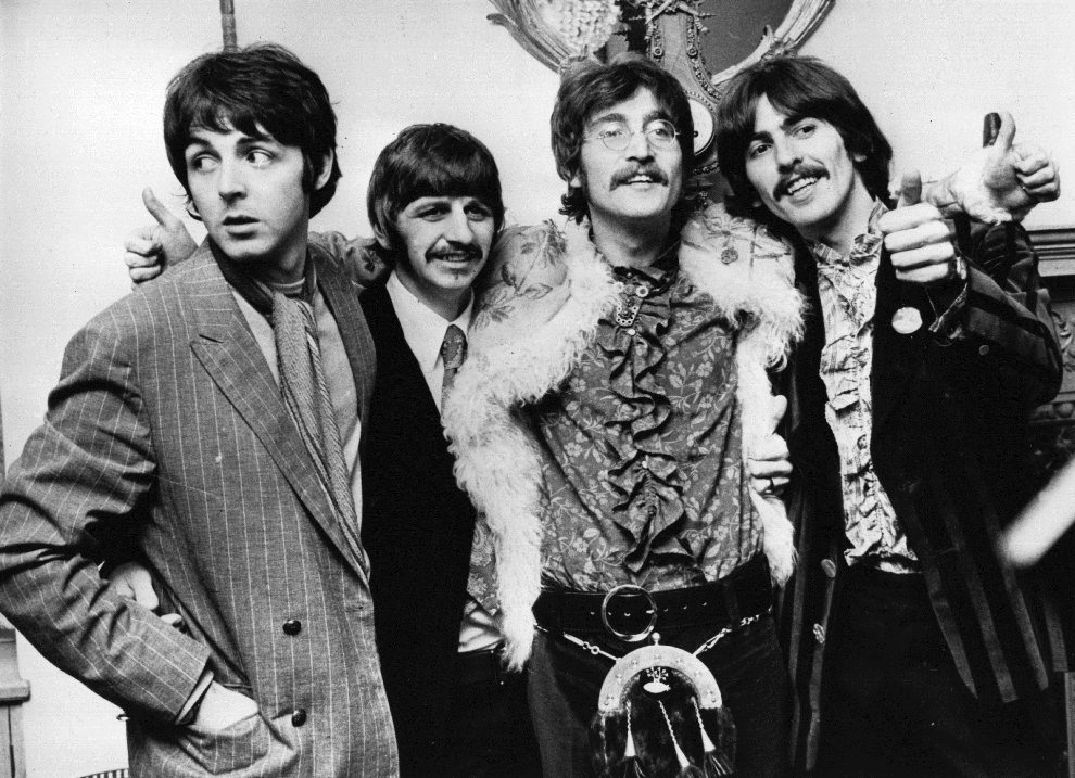 "32.	WIELKA BRYTANIA, Londyn, 19 maja 1967: Członkowie zespołu cieszą się z zakończenia prac przy płycie ""Sgt Pepper's Lonely Hearts Club Band"". (Foto: John   Pratt/Keystone/Getty Images)"