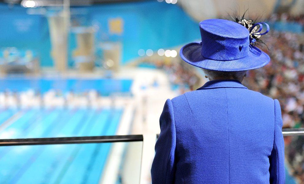 32.WIELKA BRYTANIA, Londyn, 28 lipca 2012: Królowa Elżbieta II. przygląda się występom pływaków w Aquatics Centre. (Foto:  Martin Rickett/WPA Pool/Getty Images)