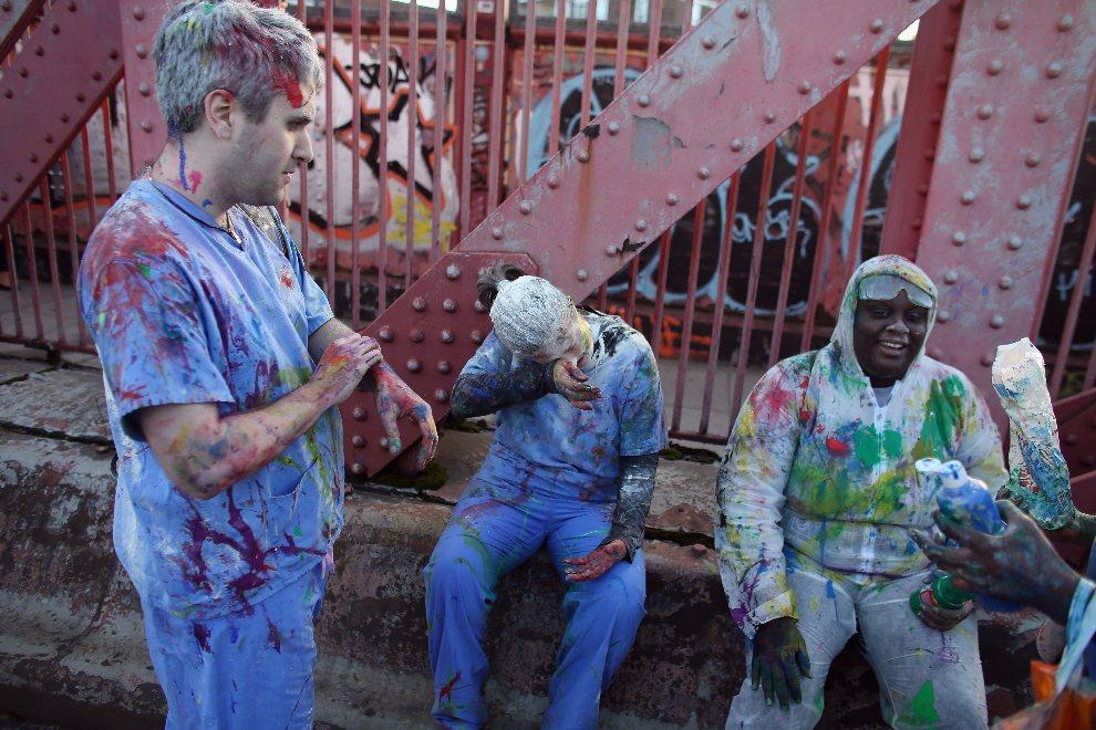 32.WIELKA BRYTANIA, Londyn, 26 sierpnia 2012: Grupka ludzi ubrudzonych w trakcie zabawy farbami. (Foto: Oli Scarff/Getty Images)