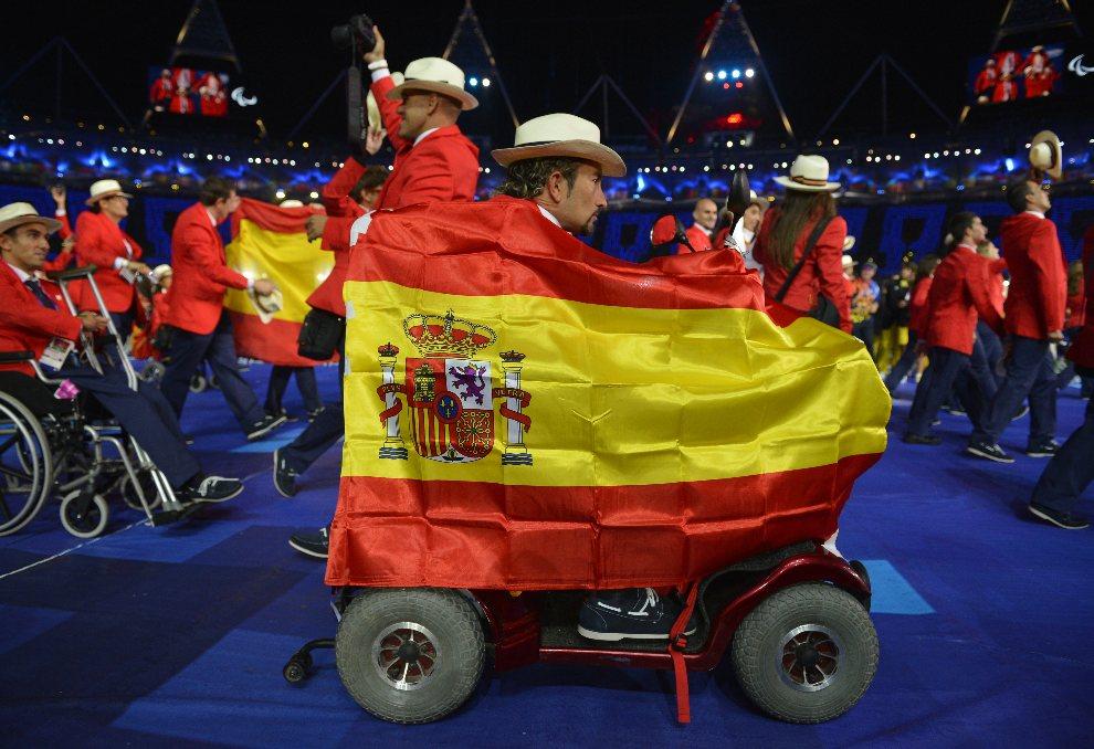 33.WIELKA BRYTANIA, Londyn, 29 sierpnia 2012: Hiszpańska reprezentacja podczas ceremonii otwarcia paraolimpiady. AFP PHOTO / LEON NEAL