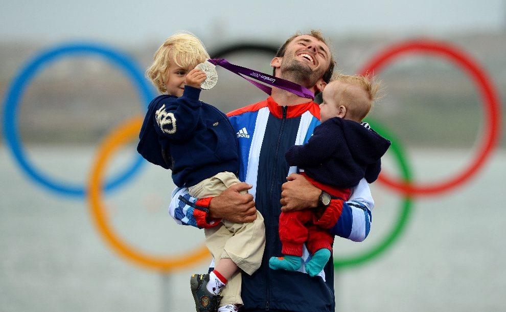 35.WIELKA BRYTANIA, Weymouth, 4 sierpnia 2012: Nick Dempsey pozuje do zdjęcia z synami. AFP PHOTO/William WEST