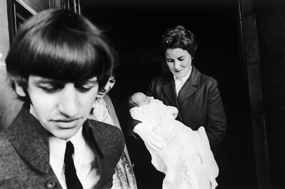 36.WIELKA BRYTANIA, Hammersmith, 22 września 1965: Ringo Starr opuszcza szpital z nowonarodzonym synem (niesie go na rękach siostra Marion Banwell). (Foto: M.   McKeown/Express/Getty Images)