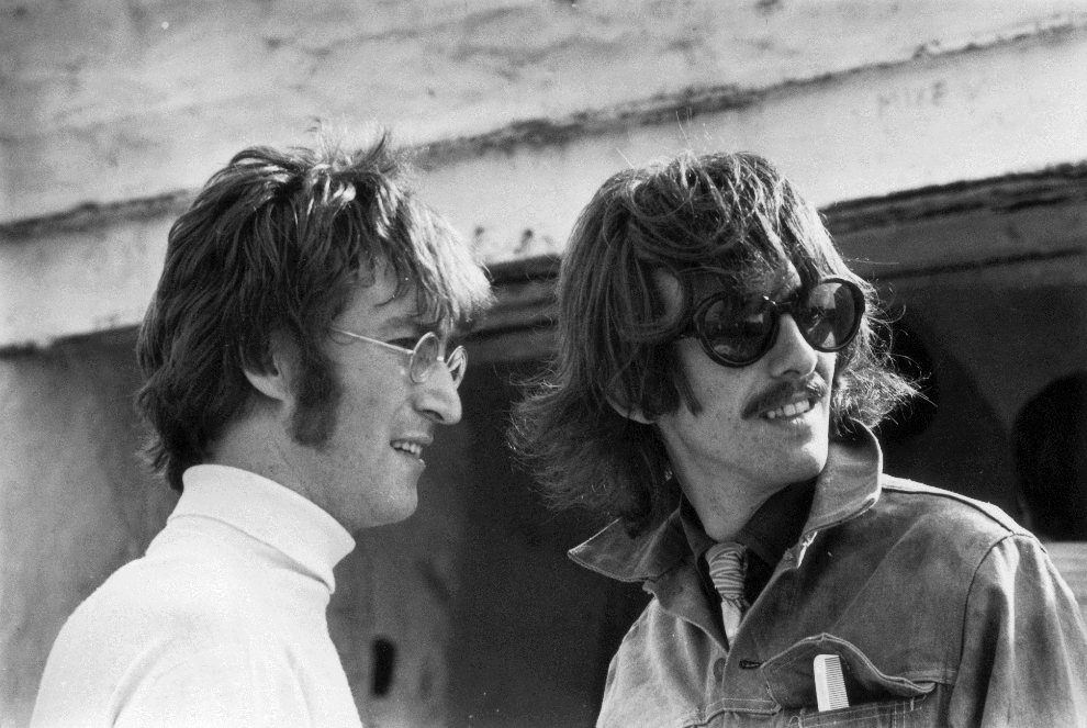"37.	WIELKA BRYTANIA, Newquay, 1967: John Lennon i George Harrison w trakcie zdjęć do ""The Magical Mystery Tour"". (Foto: Keystone Features/Getty Images)"