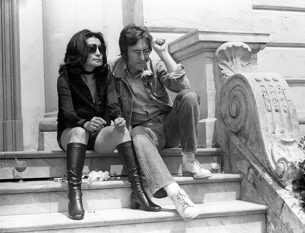 38.FRANCJA, Cannes, 17 maja 1971:  John Lennon w towarzystwie żony - Yoko Ono. AFP