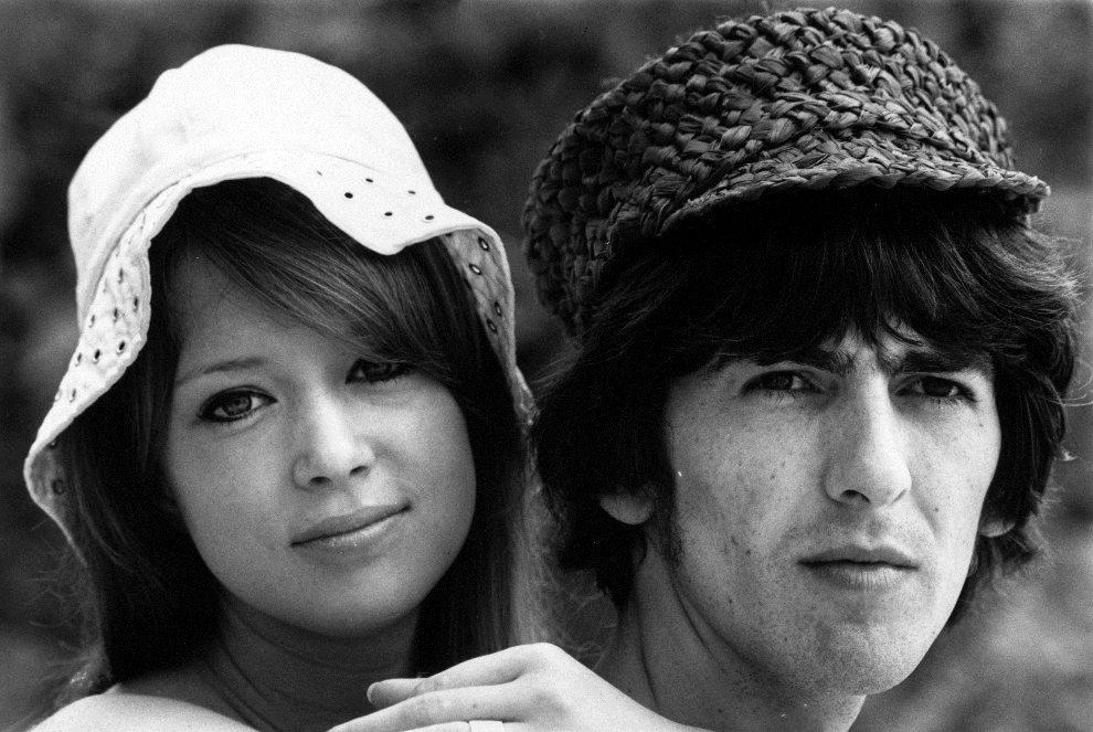 40.BARBADOS, 14 lutego 1966: George Harrison podczas miesiąca miodowego z żoną - Patti Boyd. (Foto: Harry Benson/Getty Images)